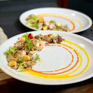 Insalata di mare con salsa di peperoni gialli e rossi