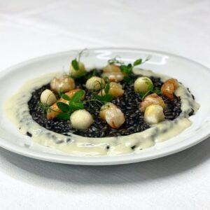 Carnaroli al nero, gamberi, pere e Gorgonzola