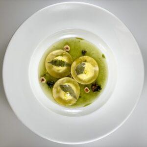 Ravioli alle ortiche con aglio orsino e acqua cotta al tarassaco